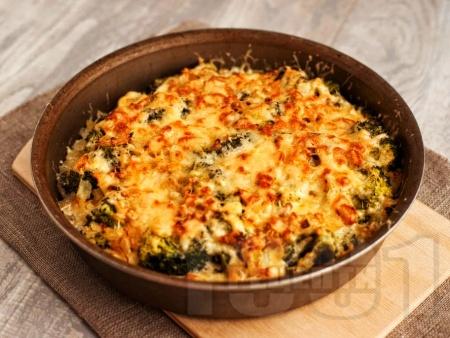 Запеканка с пилешко месо, броколи, сметана, майонеза и пармезан на фурна - снимка на рецептата